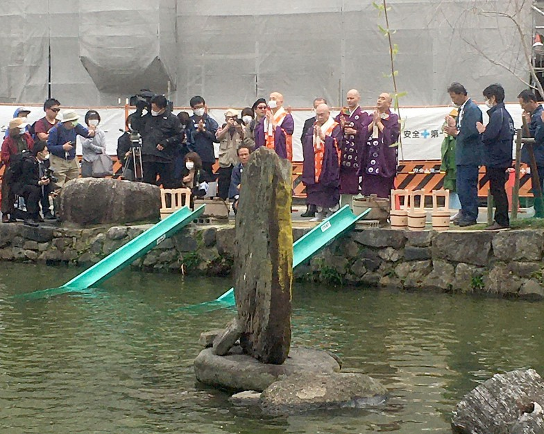 放生会当日の様子。僧侶による読経の後、スロープを使って放流する。スロープは民間の協力企業から提供を受けている