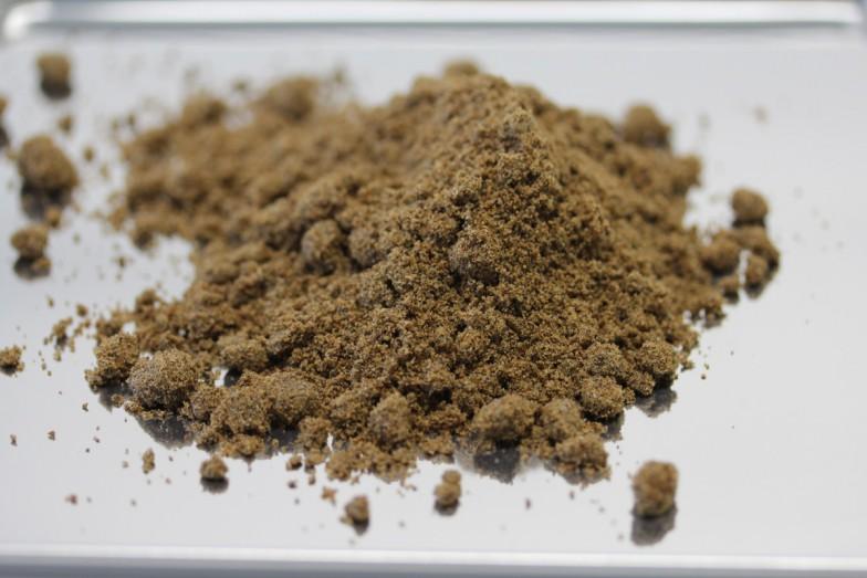 記事冒頭の乾燥コオロギを粉末状にしたのが、こちらのコオロギパウダー。
