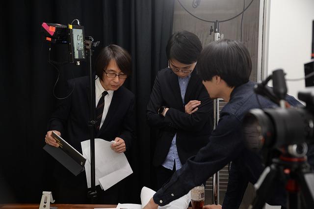 撮影風景。左が佐藤雅彦教授
