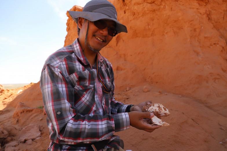 内モンゴルの発掘現場で、プロトケラトプスの頭骨を持つ柴田先生。