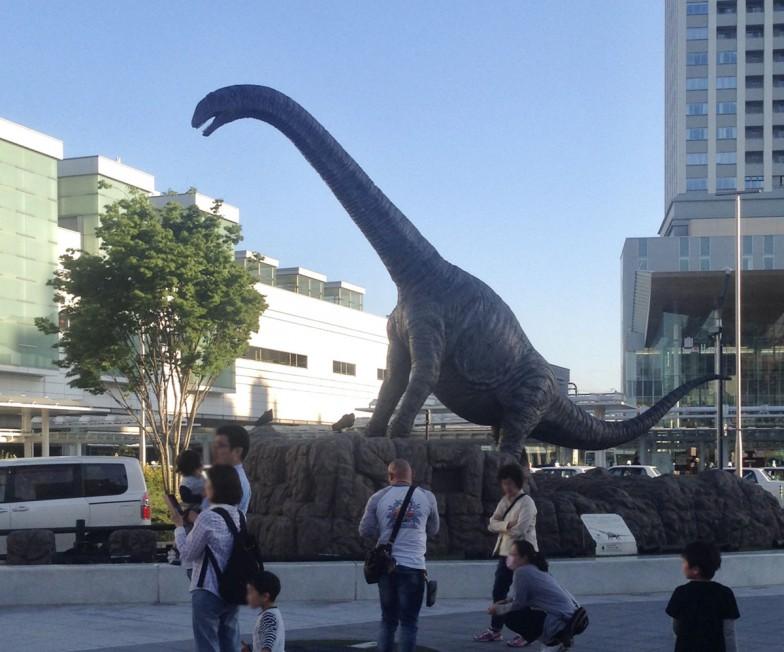 ジュラシック・パークを体感したいなら、恐竜王国・福井に足を運んでみよう。福井駅前にある、柴田先生も発見に携わった「フクイティタン」のロボット。「実際にはこんなに首は上がらなかったはずですが、大きく見せるための『演出』です(笑)」