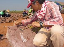 タイでの発掘の様子。化石はイグアノドン類の下顎