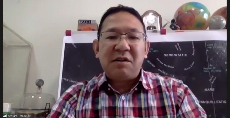 オンライン取材に応えてくださった寺田先生。背景にも宇宙を感じる・・・!