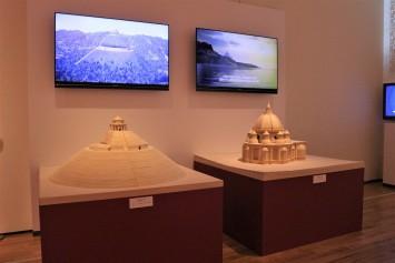 建築設計案『大墳墓計画』(左)と『集中式聖堂』(右)の縮小模型。作品づくりの過程が記録された学生制作のムービーも