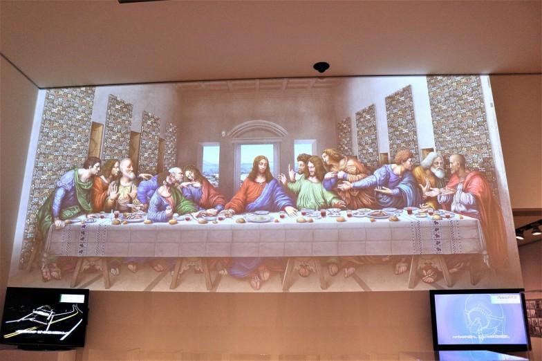 『最後の晩餐』。復元したデータを真っ白な壁面に投影