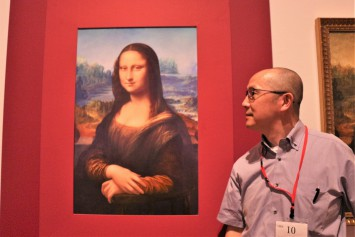 ヴァーチャル復元した「ラ・ジョコンダ(モナリザ)」と池上教授。作品には学生たちの努力や熱意も加わっている
