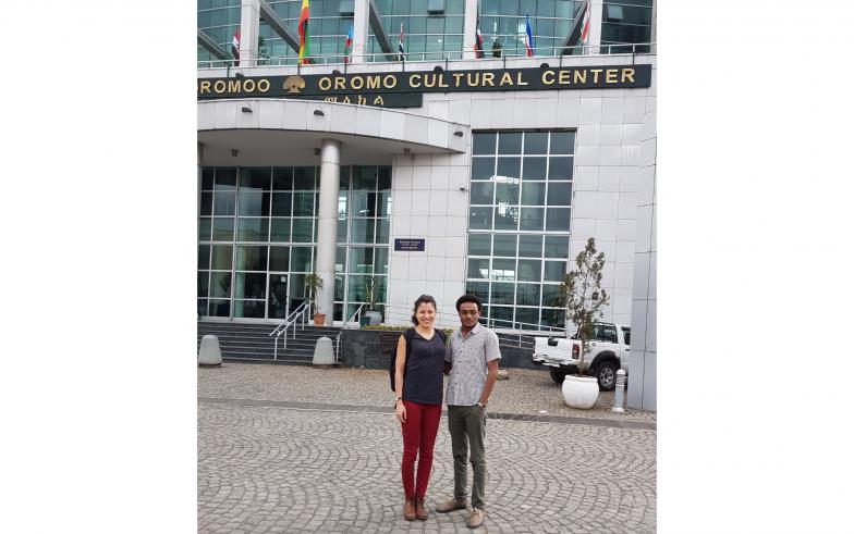 エチオピアのオロモ文化センターにて。右は、マルザゴラさんの出身校であるロンドン大学東洋アフリカ研究学院(SOAS/ソアス)での研究仲間、アエレ・ケベデ(Ayele Kebede)さん