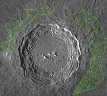 コペルニクスクレーターの写真。周囲の緑の点々は、年代を導き出すためにカウントした直径0.1-1kmの微小クレーター。860個もあるという
