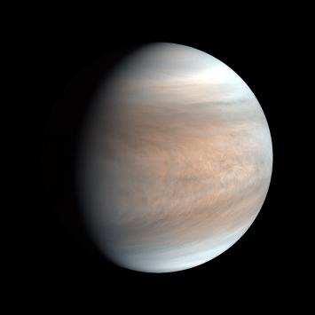 分厚い大気と雲に覆われた金星。後述する金星探査機「あかつき」が撮影した写真を元に作成された疑似カラー画像(2017/8/11撮影)。© PLANET-C Project Team