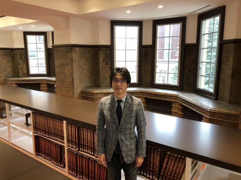 じっくりお話を聞かせてくださった永井先生。写真は東京大学アジア研究図書館にて