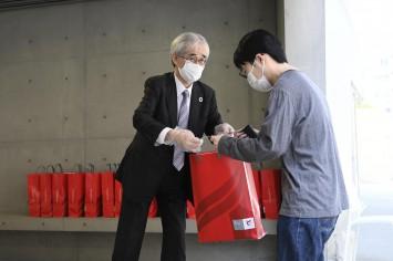 入澤学長も食材を手渡し