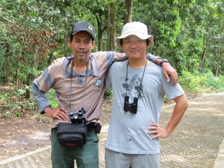 向かって右が辻󠄀さん。左はヒヨケザル観察が趣味というジャワ島でのアシスタント