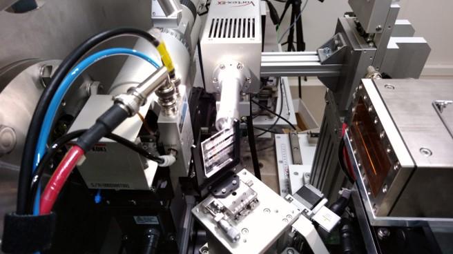 放射光実験施設である、高エネルギー加速器研究機構(KEK)フォトンファクトリー(PF)BL15A1に設置されている装置。写真では放射光X線分析によって繊維を分析している。ここで最先端科学捜査研究が実施されている
