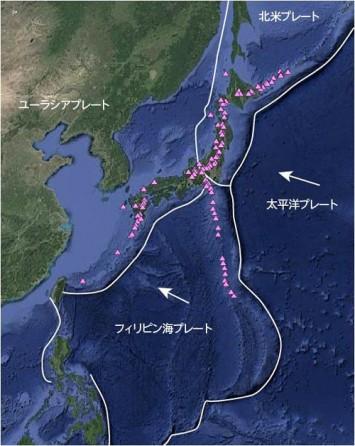 日本列島周辺のプレートの配置と活火山(三角)の分布。フィリピン海プレートによって西日本火山帯が形成されている