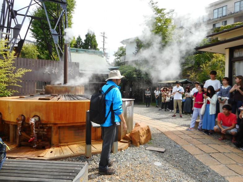 谷水先生は兵庫県環境審議会温泉部会の特別委員という顔も持ち、有馬温泉も重要な研究対象だ。大学2年生の野外実習で有馬温泉の源泉を訪れ、お湯の出どころが地下数十kmにあることを熱く解説中