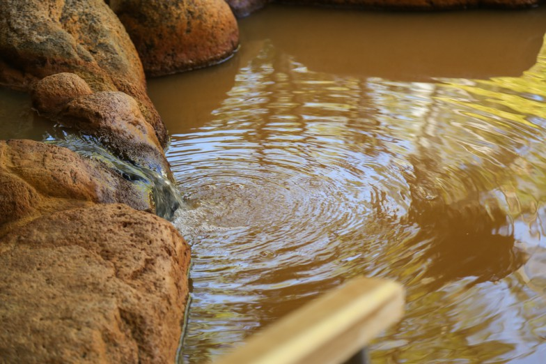 金泉。誤ってタオルをつけてしまうと茶色になってしまう… ©一般財団法人神戸観光局