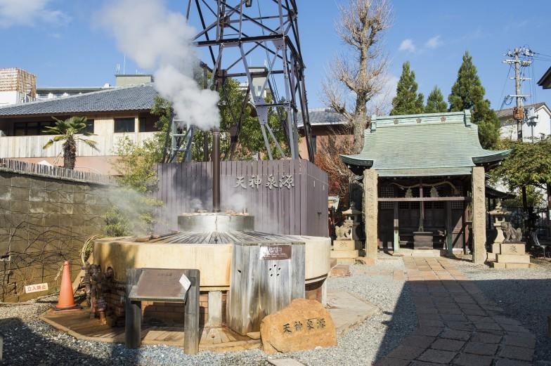 有馬の代表的な温泉源、天神泉源。今は98度の湯がたぎり、白い煙がのぼっているが…  ©一般財団法人神戸観光局