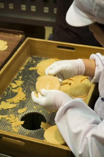 定番のお土産、炭酸せんべい ©一般財団法人神戸観光局