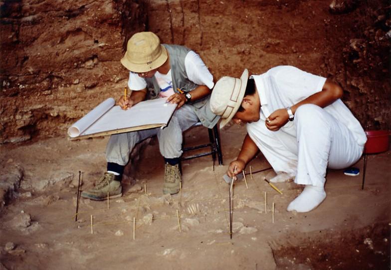 近藤先生の研究のきっかけになった、シリア北部のデデリエ洞窟・中期旧石器時代の遺跡での発掘調査(写真はおそらく1993年)。最初に発見された人骨の記録をとっている近藤先生(左)、百々幸雄氏(右、当時は札幌医科大学教授)。