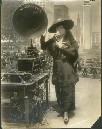 20世紀初頭に発明された音響メディアのひとつ、拡声器(商品名はマグナボックス)。実演しているのは女優のフリッツ・シェフ