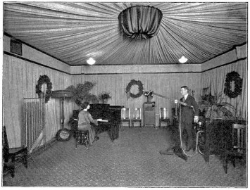 KDKAの収録スタジオ。大人数での演奏も可能な広々とした空間で、壁や天井にはエコーを抑える布が張り巡らされている