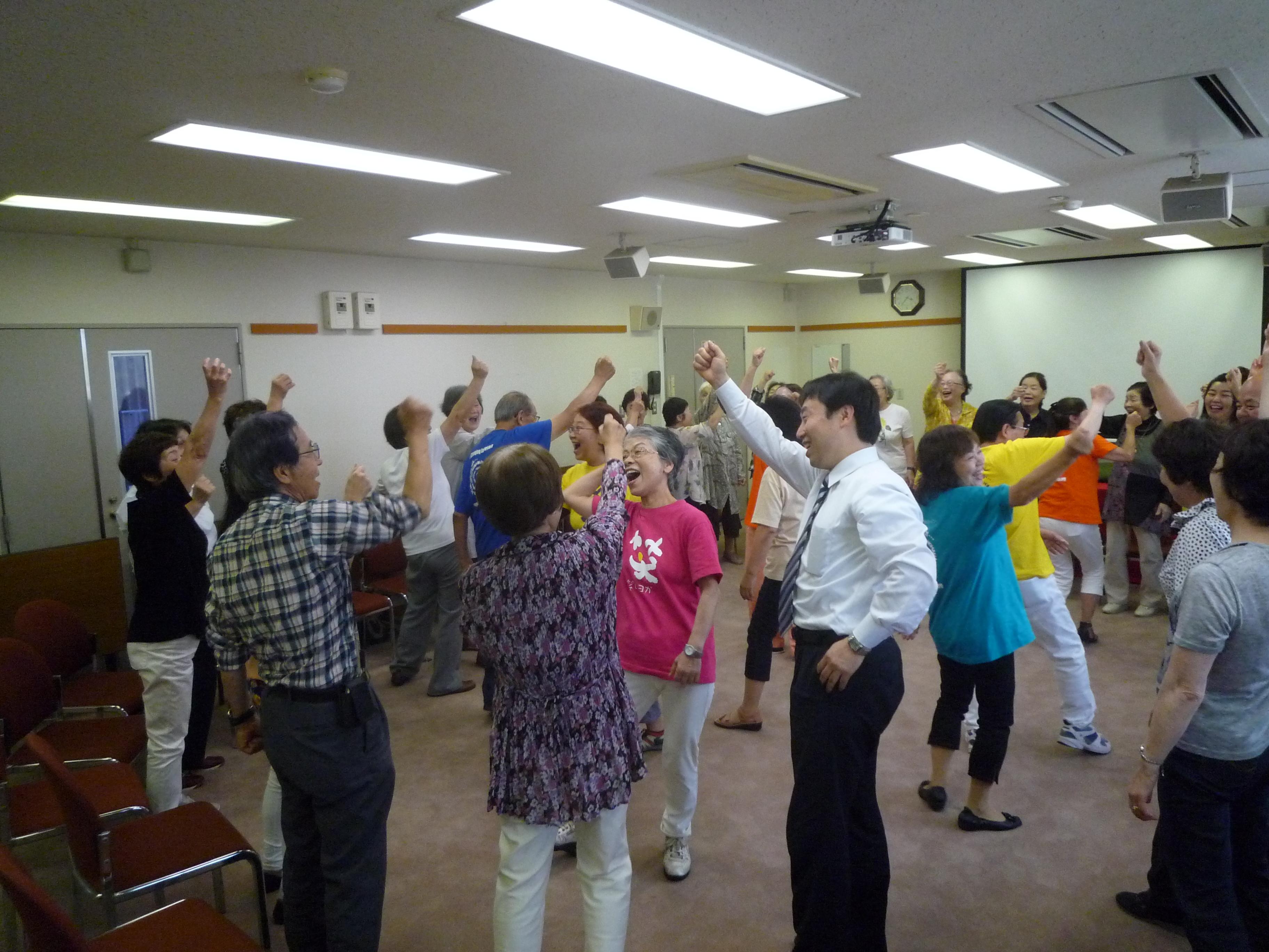 大平先生が『笑いヨガ』の詳細を知ることになった日本笑い学会とは、笑いとユーモアに関する総合的な研究を行う研究団体。約30年の歴史を誇り、医療関係者、教育関係者、弁護士や僧侶まで約800名の会員が所属。本拠地は大阪ですが、お笑いは研究していませんのでご注意を。写真はヨガを用いた健康教室の様子