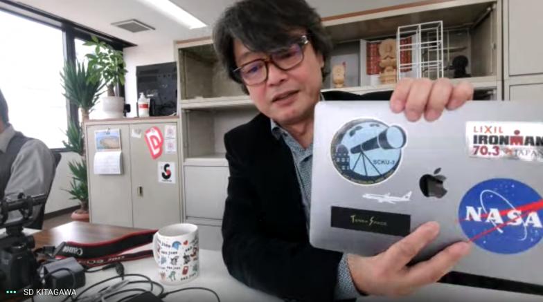 京都大学在学中に手に入れた宇宙科学関連のステッカーや、トライアスロンの記念シールなどが貼られた北川さんのMacBook。興味の幅広さがうかがえる