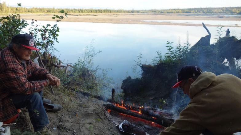 猟場で古老と焚き火を囲む。移動中はなかなかゆっくりと話ができないため、こういう時間はいろいろ教えてもらうのに貴重だったそう