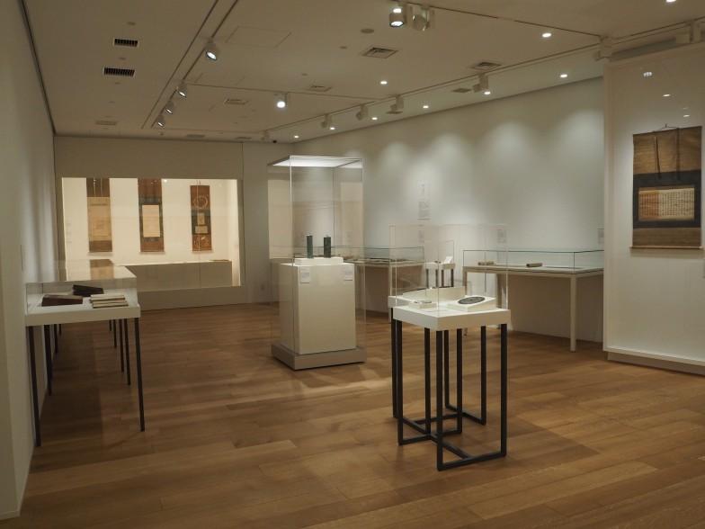 「i 承ける-漢字の伝来と展開」「iiつなぐ-ひらがなの文化」展示室。