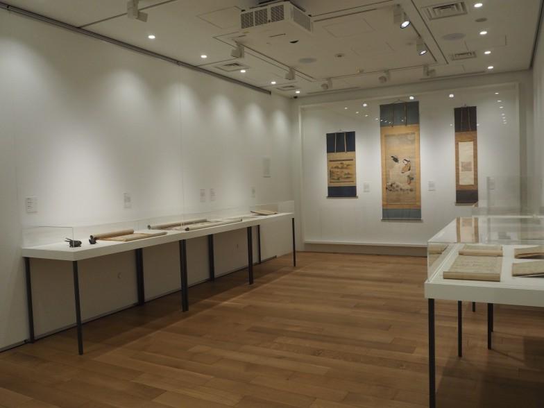 「iii物語る--テキストとイメージ」展示室、源氏物語と平家物語の写本の比較が興味深い。