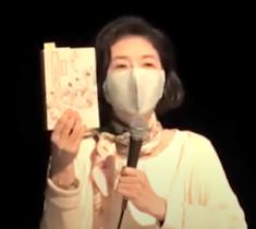 『ヘンな日本美術史』(山口晃/著)を手にする田口章子先生