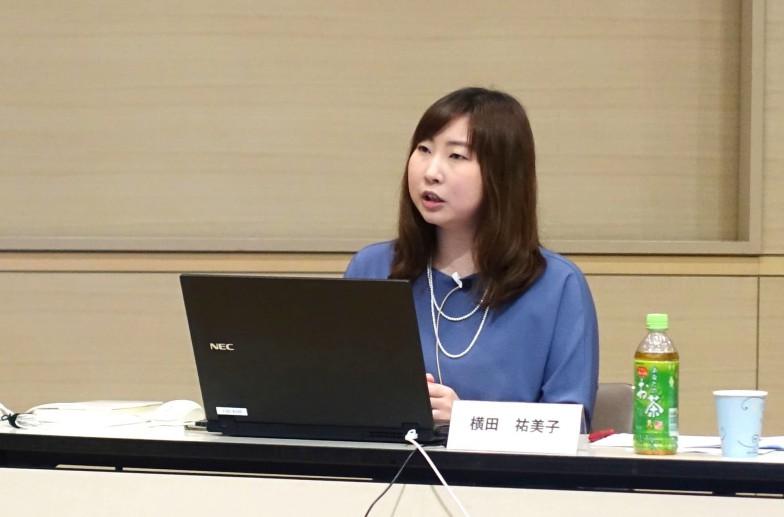 横田祐美子さん。中学生の頃から学校に提出する保護者欄に父親の名前だけを書くことに疑問を感じて、ときどき母親の名前に入れ替えていたそう