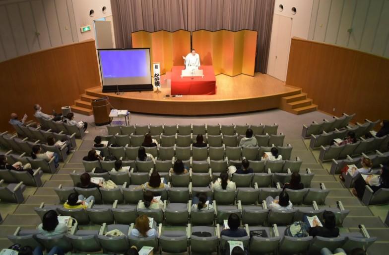 受講人数はこの日行われた授業で最も多い約50名。みなさん国文学科の1年生です。