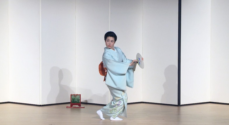 『蛍狩』を舞う井上安寿子さん