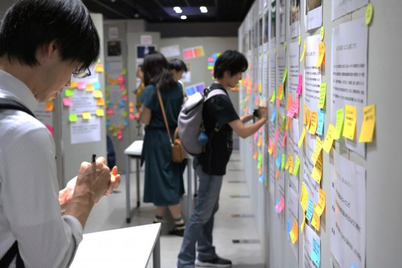 """「京大100人論文」とは、研究者のポスター発表に来場者が付箋でコメントを貼り付けることで""""対話""""する学術イベント。2020年度からはオンライン開催に。"""